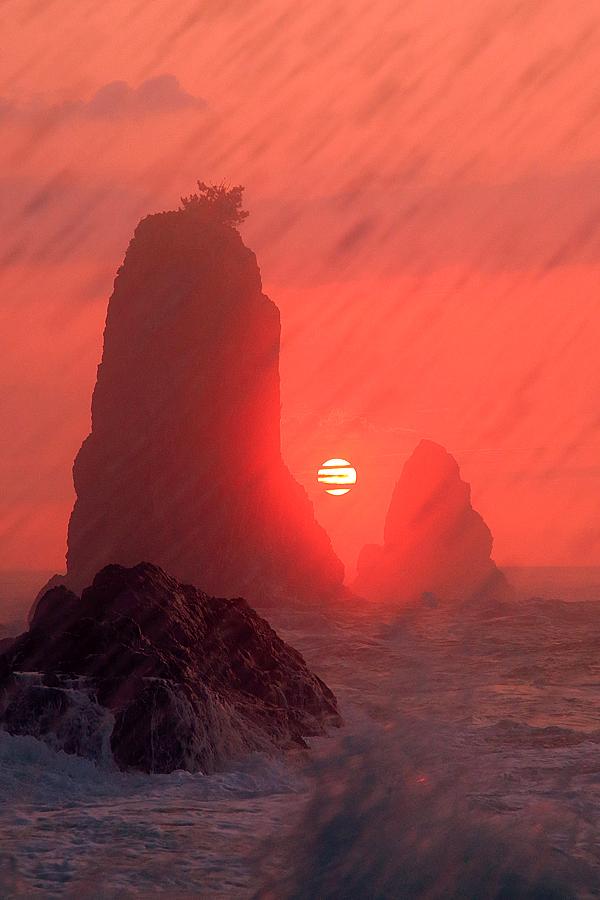 波かぶる屏風岩