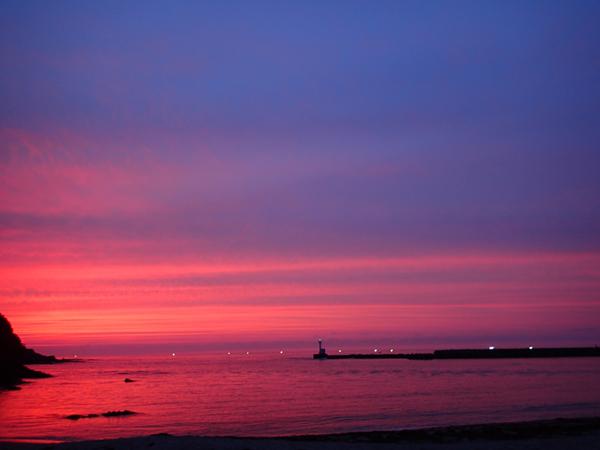 竹野海岸へ沈む夕日と漁火