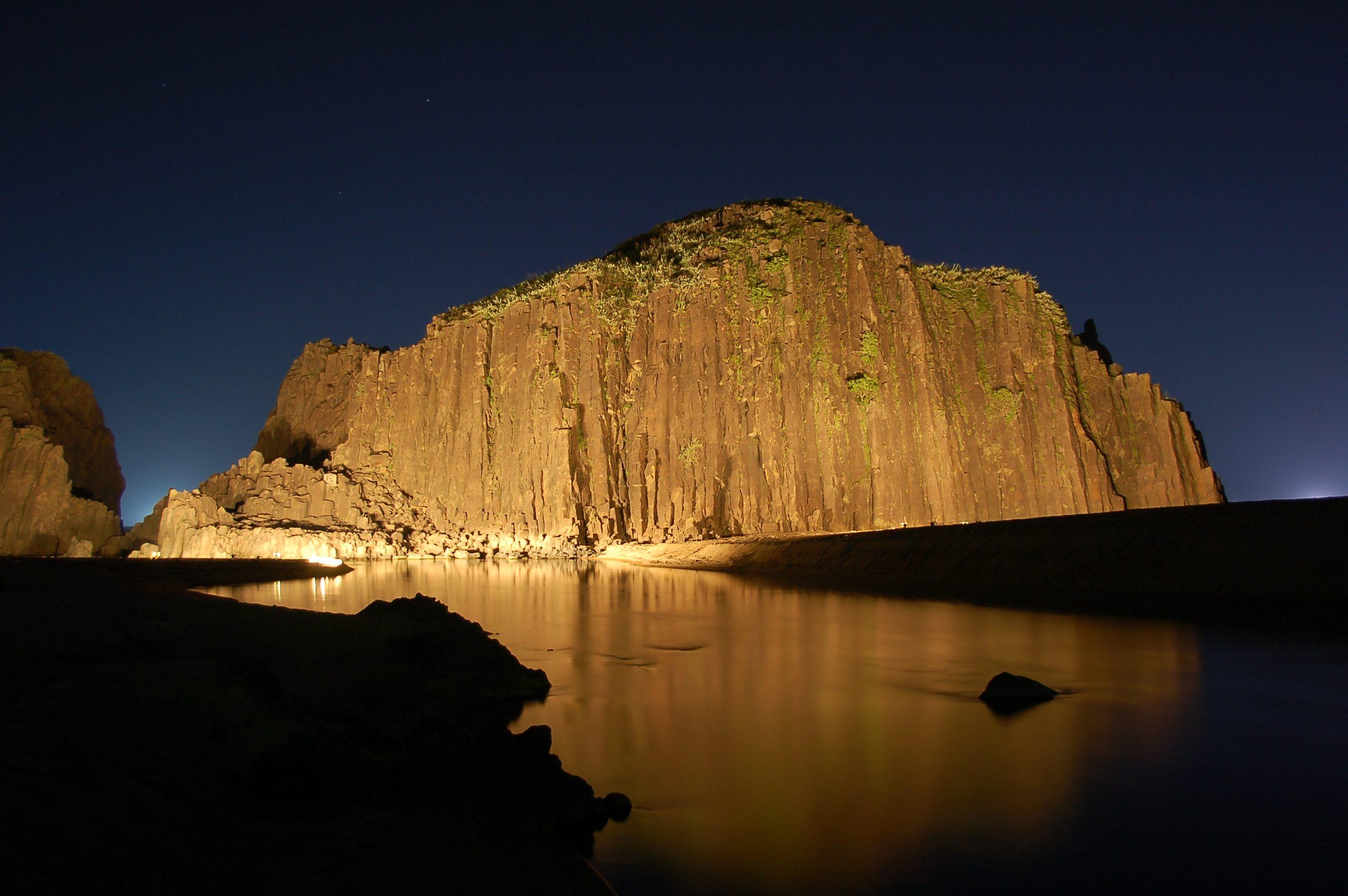 立岩(ライトアップ)